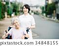 有关心工作者和轮椅的资深妇女 34848155