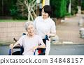 有關心工作者和輪椅的資深婦女 34848157
