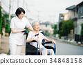 有關心工作者和輪椅的資深婦女 34848158