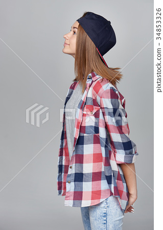 Teen girl looking up, side view 34853326