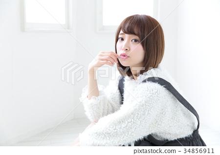 年轻女士的发型 34856911