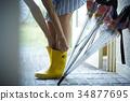 비오는 날 장화 코데을 즐기는 여성 34877695