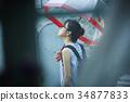비오는 날 외출을하는 여성 34877833