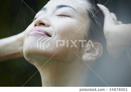 女人被雨擊中 34878001
