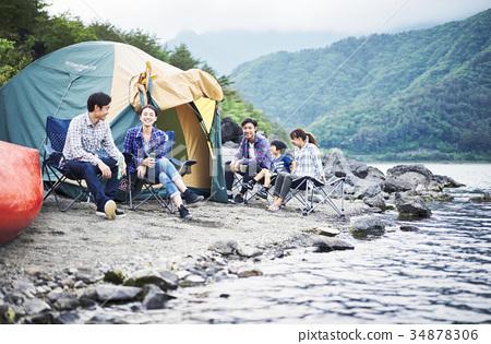 캠핑을 즐기는 가족 34878306