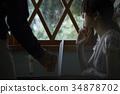 비오는 날 카페에서 보내는 여성 34878702