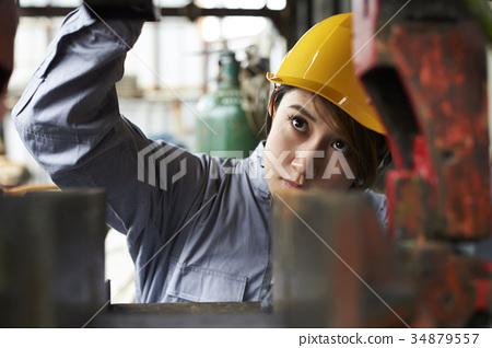 Female worker 34879557