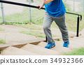 男人的脚走上楼梯 34932366