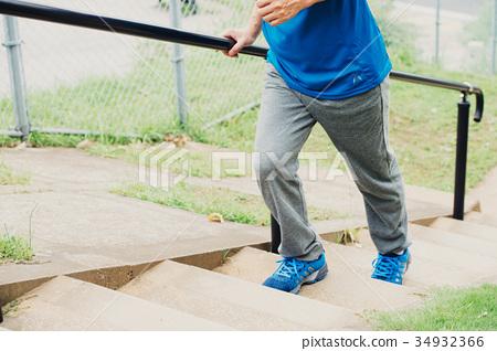 男人的腳走上樓梯 34932366