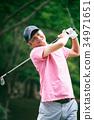 골프를 치는 미들 남성 34971651