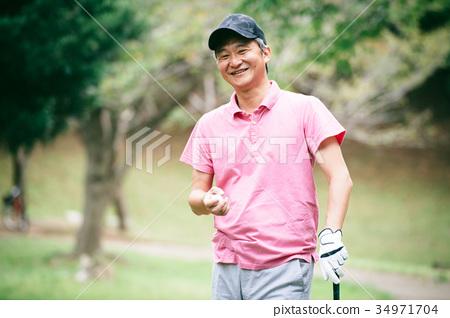 골프를 치는 미들 남성 34971704
