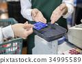 支付信用的婦女手在超級市場 34995589