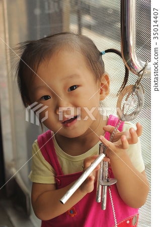 동양 웃는 소녀의 얼굴 클로즈업 35014407
