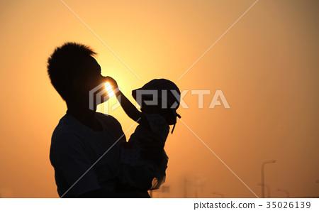 父親與女兒在夕陽下的剪影 35026139