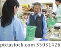 顾客在便利店的收银台排队 35031426