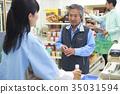 顾客在便利店的收银台排队 35031594