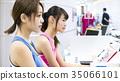 체육관 접수의 젊은 여성 35066101