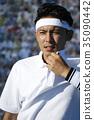 ผู้ชายกำลังเล่นเทนนิส 35090442