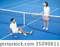 男人和女人在網球場 35090611