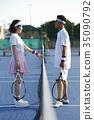 男人和女人在網球場 35090792