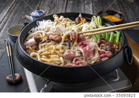 Sukiyaki pot with Kobe Beef and Vegetable 35093823