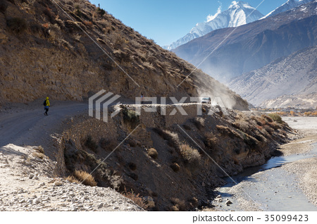 road from Jomsom to Kagbeni 35099423