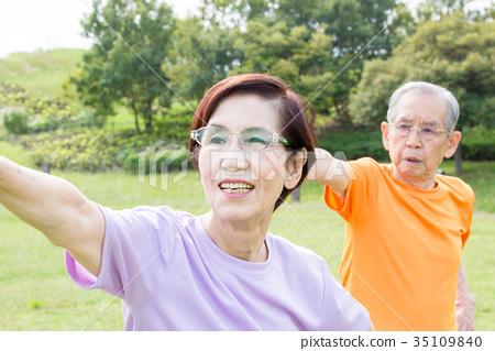 活躍的高級老年夫婦健康 35109840