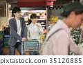 夫婦在超市購物 35126885