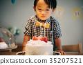 เค้กวันเกิดและเด็กชายอายุ 2 ปี 35207521