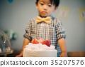 เค้กวันเกิดและเด็กชายอายุ 2 ปี 35207576