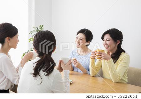 喝茶的中年婦女 35222051