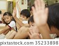小學生 雙臂抱膝坐於地板上 健身房 35233898