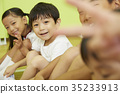 体操类体育坐的儿童肖像 35233913