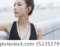 运动服的妇女听到音乐的 35235279