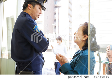 資深夫人講話在警察箱子 35235645