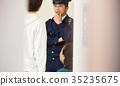 在警察局裡說話的男人和女人 35235675