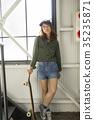溜冰者時尚女性 35235871