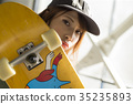 溜冰者時尚女性 35235893