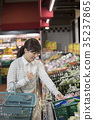슈퍼에서 쇼핑을하는 주부 여성 35237865