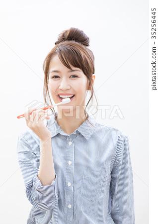 刷牙的少婦 35256445