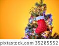 메리 크리스마스, 크리스마스 트리와 선물 양말과 장식품. 35285552