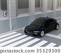 汽車和行人之間的通信概念顯示在自動駕駛汽車的前部顯示安全通過的標誌 35329300