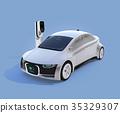 充電狀態顯示在正在充電的電動車輛的前部。汽車和人通信概念 35329307