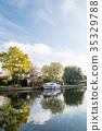 영국 교외의 시골에서 강가에 서 큰 주택과 바로 앞에 정박하는 보트 35329788