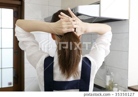 머리를 묶는 여성의 뒷모습 35350127