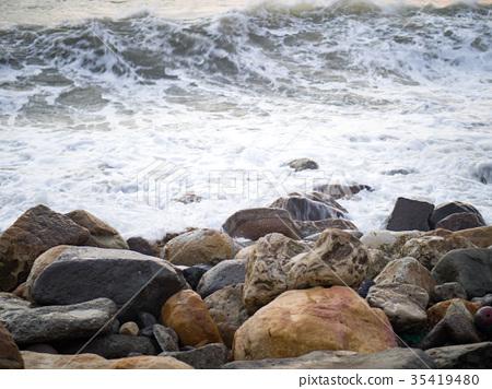 海浪敲擊岩石 35419480