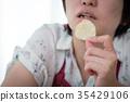 แม่บ้านกำลังกินขนม 35429106