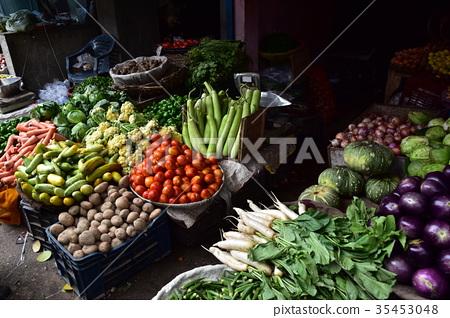 印度新德里蔬菜市场种类繁多的印度蔬菜 35453048