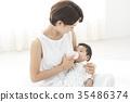 一個輕輕抱著嬰兒的女人 35486374