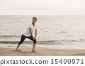 ผู้หญิงกำลังฝึกอยู่กลางทะเล 35490971